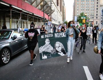 A group of protesters march from Independence Mall toward City Half chanting for justice for Breonna Taylor. (Emma Lee/ WHYY)