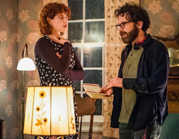 Director Charlie Kaufman talking to actress Jessie Buckley