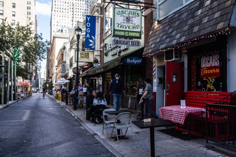 Oscar's Tavern has outdoor seating on Sansom Street in Center City. (Kimberly Paynter/WHYY)