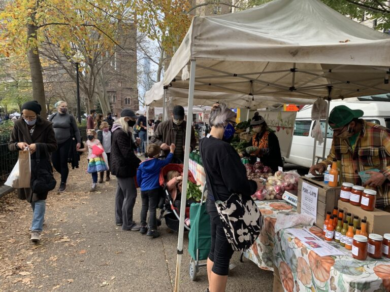 The Rittenhouse Farmers' Market has been open during the pandemic. (Aaron Moselle/WHYY)