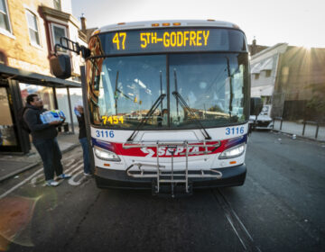 SEPTA's 47 bus route travels from Whitman Plaza in South Philadelphia to Godfrey Avenue in North Philadelphia. | La ruta 47 de SEPTA viaja desde Whitman Plaza en el sur de Filadelfia hasta Godfrey Avenue en el norte de Filadelfia. (Photo by Bernardo Morillo for WHYY)