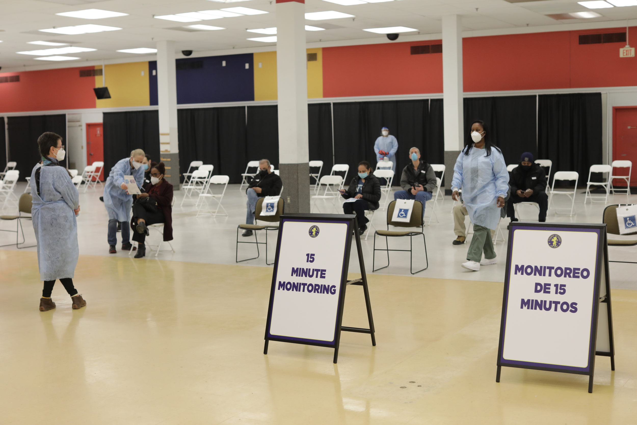 Health care workers station te Essex County Vaccination Site