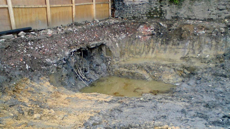 Contaminated soil (Dumelow from Wikimedia Commons