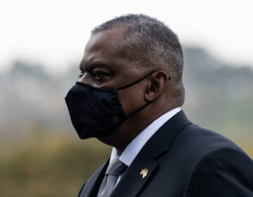Lloyd Austin wears a face mask