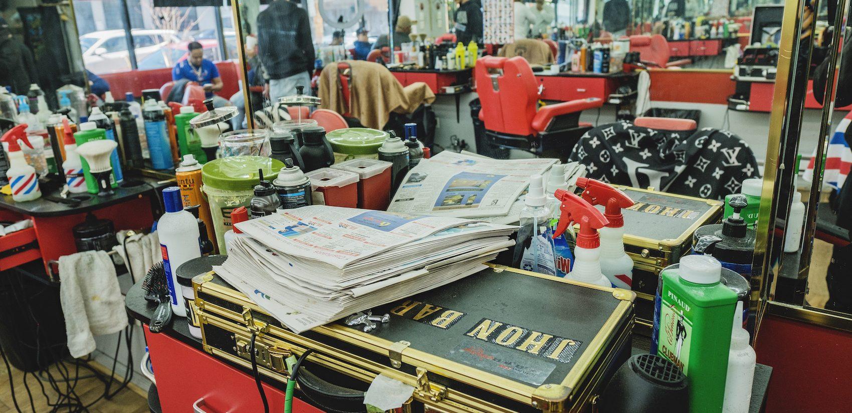La Salsa Barber Shop serves the surrounding community on North Fifth Street, mostly Black and Latino Philadelphians from the area. | La mayoría de los clientes de La Salsa Barber Shop son latinos y afroamericanos del área local. (Photo by Bernardo Morillo/WHYY)