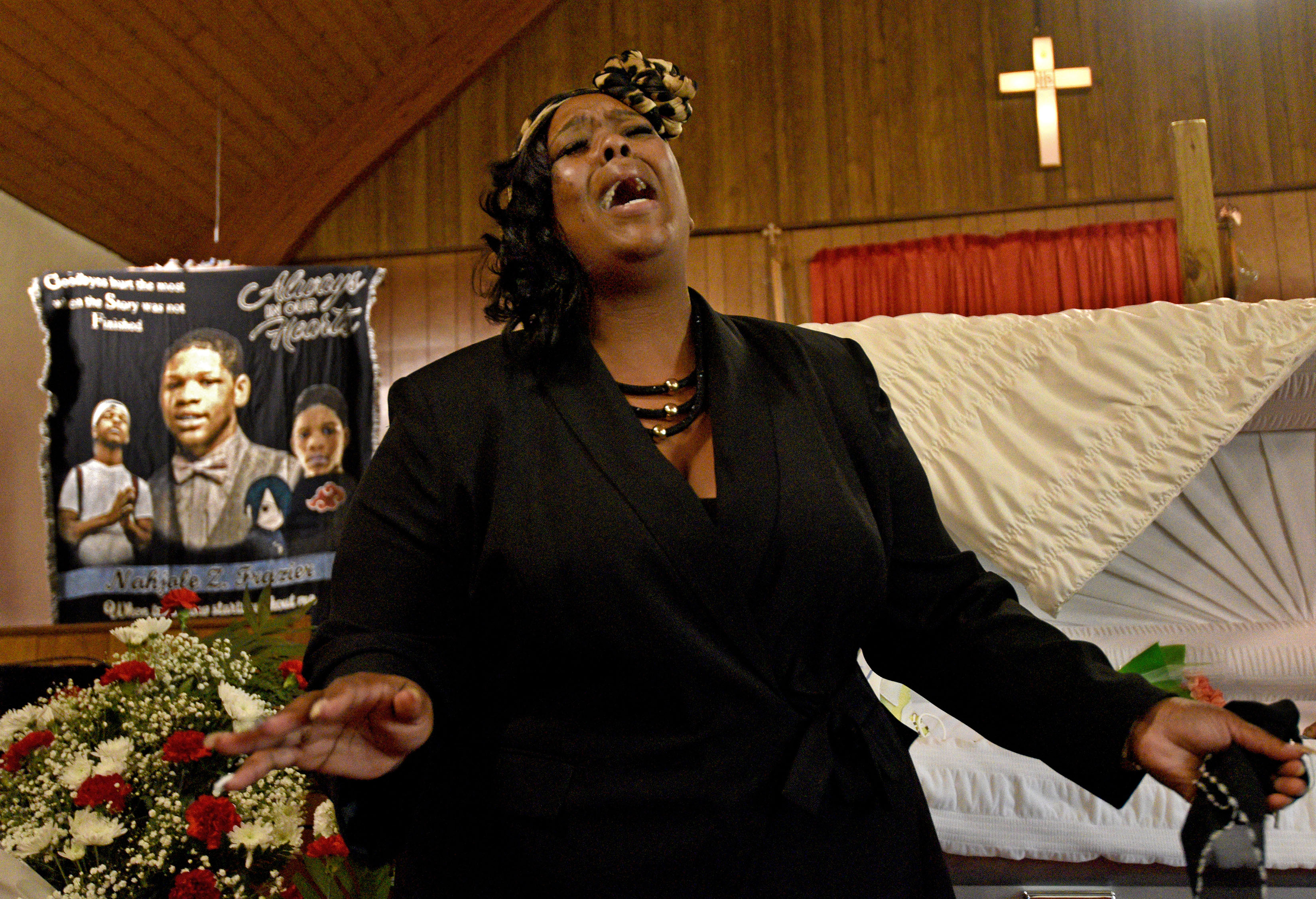 Nyzia Easterling sings at the funeral for Nah'Jole Frazier