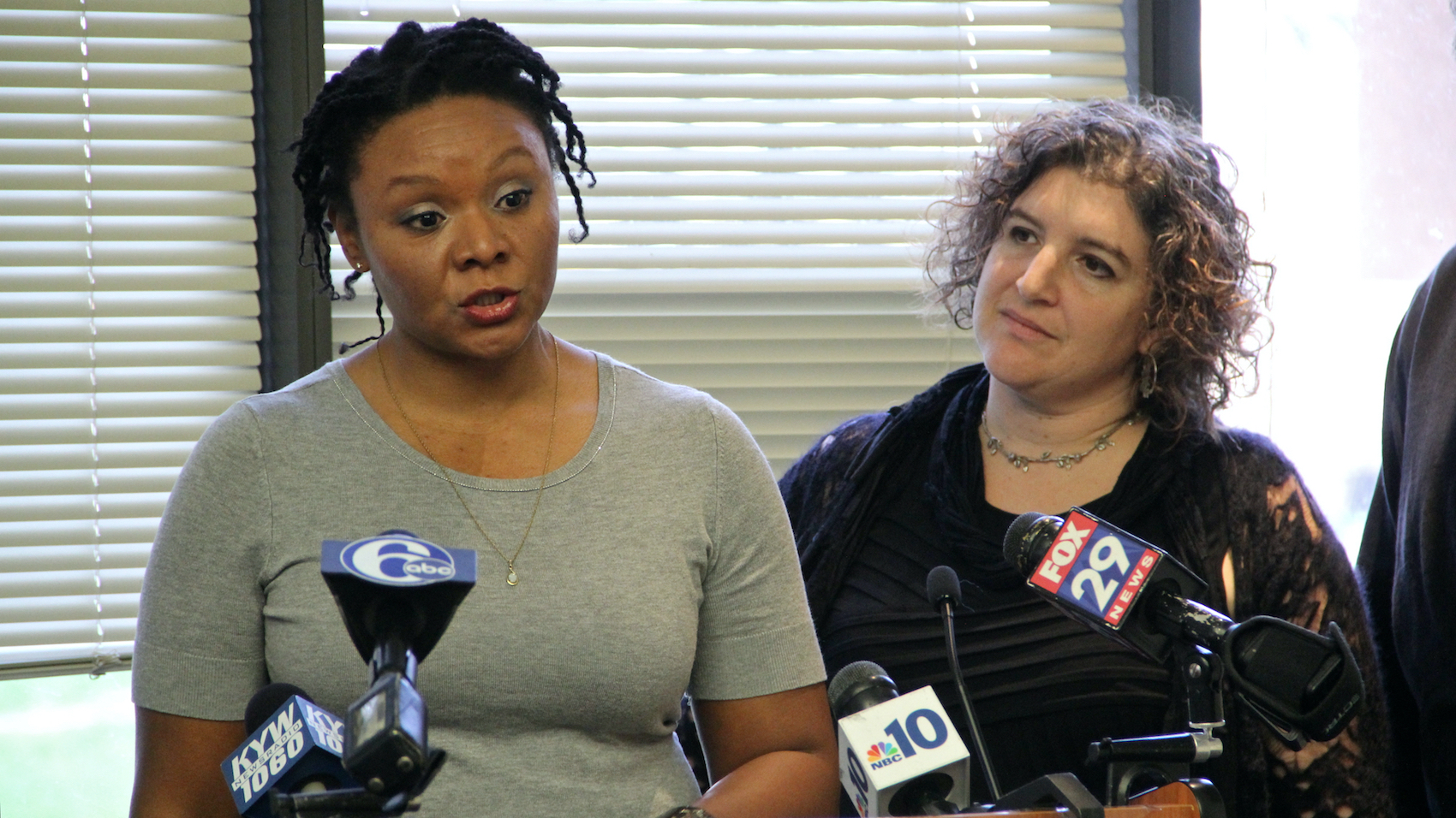 Robin Roberts (left), accompanied by Amy Laura Cahn at a press conference