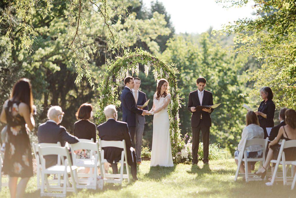 Jaclyn Fisher a planifié le mariage de Kristin et Jamie, qui avaient leur famille immédiate dans la cour des parents de Kristin en septembre 2020. Ils organisent une grande fête en 2022. (Asya Photography)