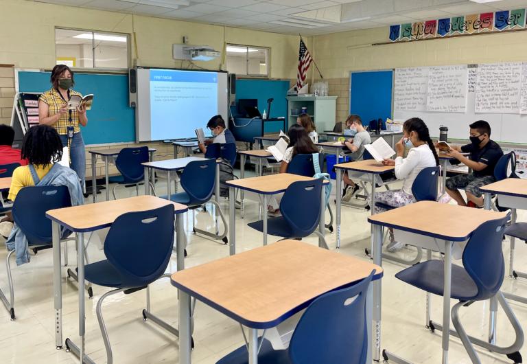 Alumnos de tercero a quinto grado leen párrafos de un libro dentro de un aula de la Escuela Primaria Central de Seaford. (Johnny Perez-Gonzalez/WHYY)