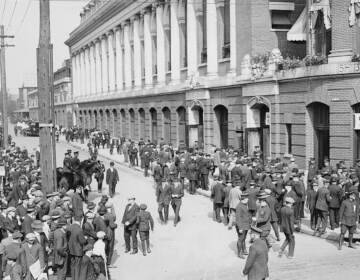 Crowd scrambling for tickets outside Shibe Park, 1914 World Series Game 1. (Wikimedia Commons)