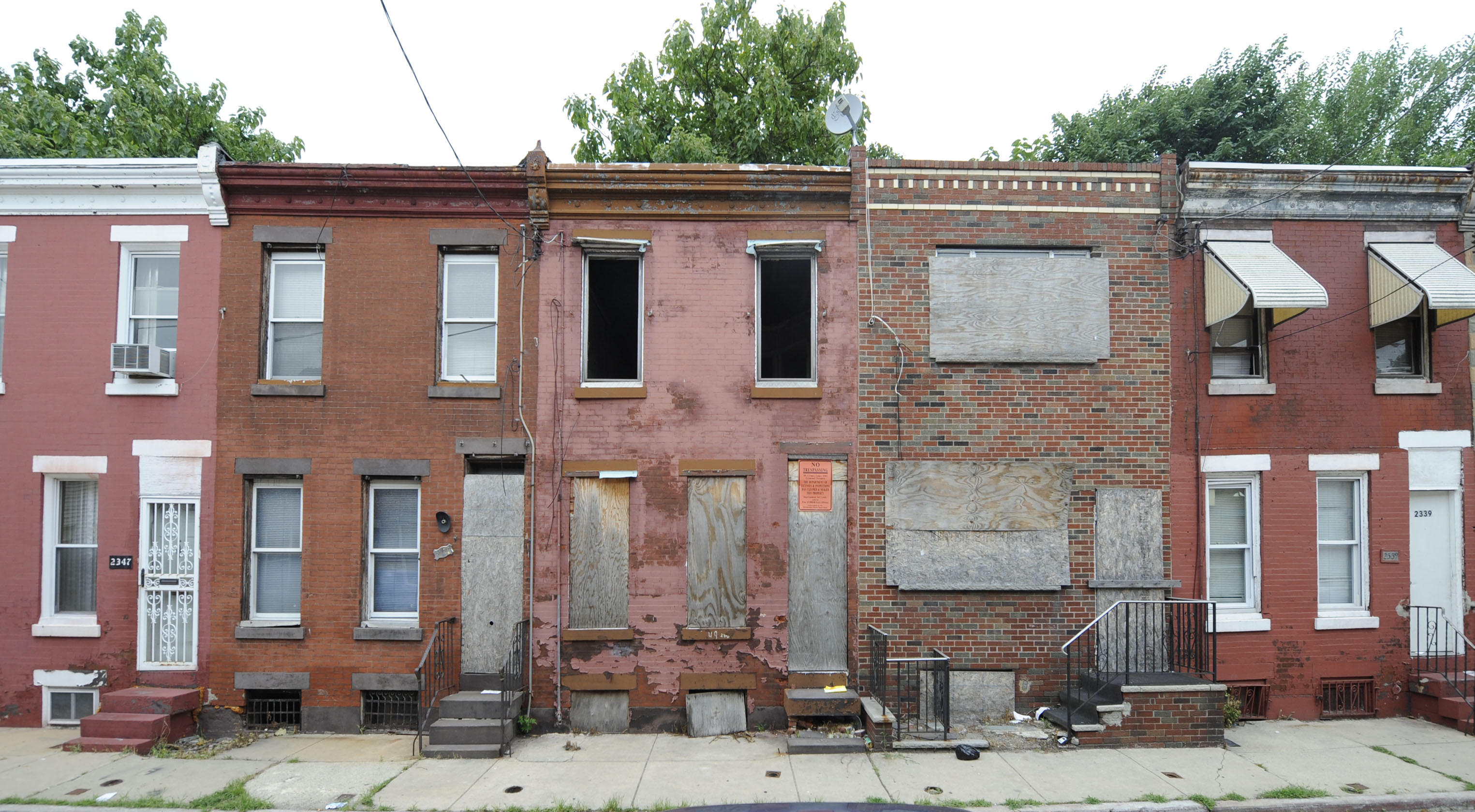 Abandoned tax delinquent property on the 2300 block of Gerrit Street in Point Breeze (Clem Murray / Inquirer)