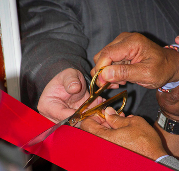 Mayor Michael Nutter helps cut the ribbon at the new Frankford Computer Center. Photo/Michelle Alton