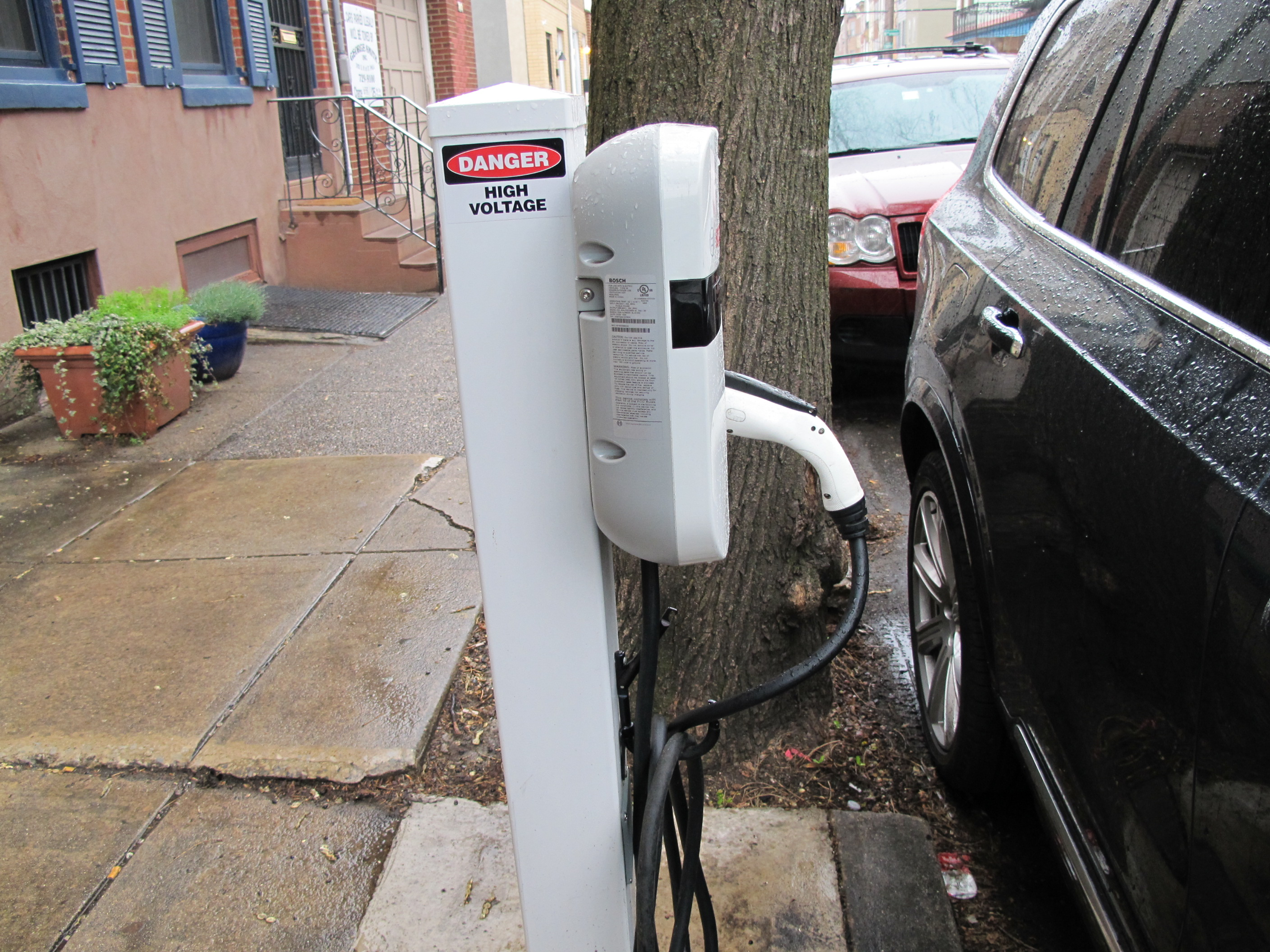 Curbside electric vehicle charging station
