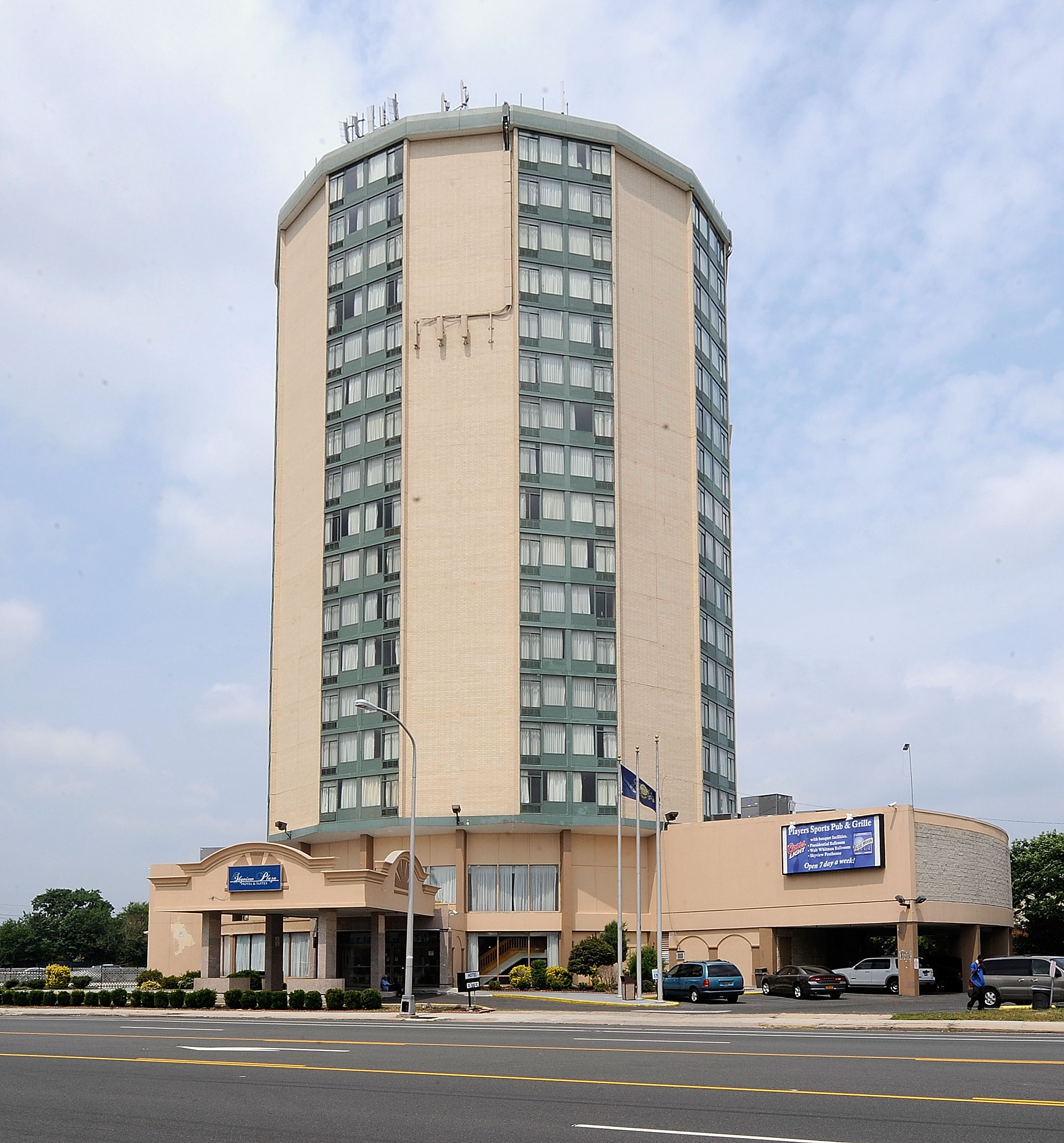The Skyview Plaza Hotel in South Philadelphia is one of the city's largest tax delinquents. (Clem Murray / Inquirer)