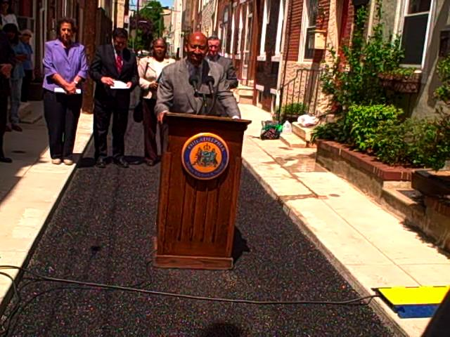 Mayor Nutter describes the benefits of the new porous street.