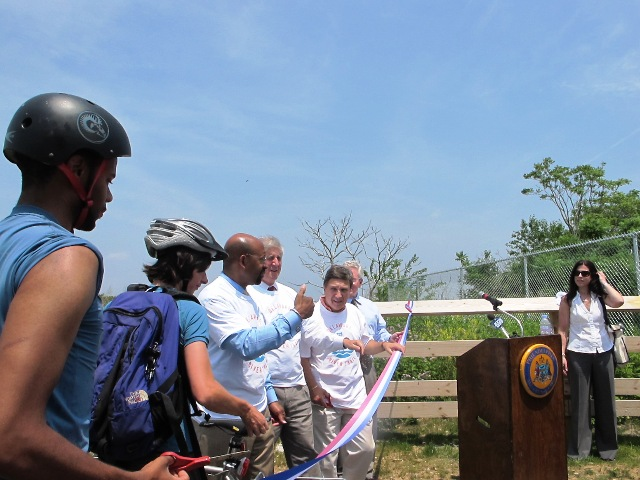 Mayor Nutter leads trail ribbon cutting