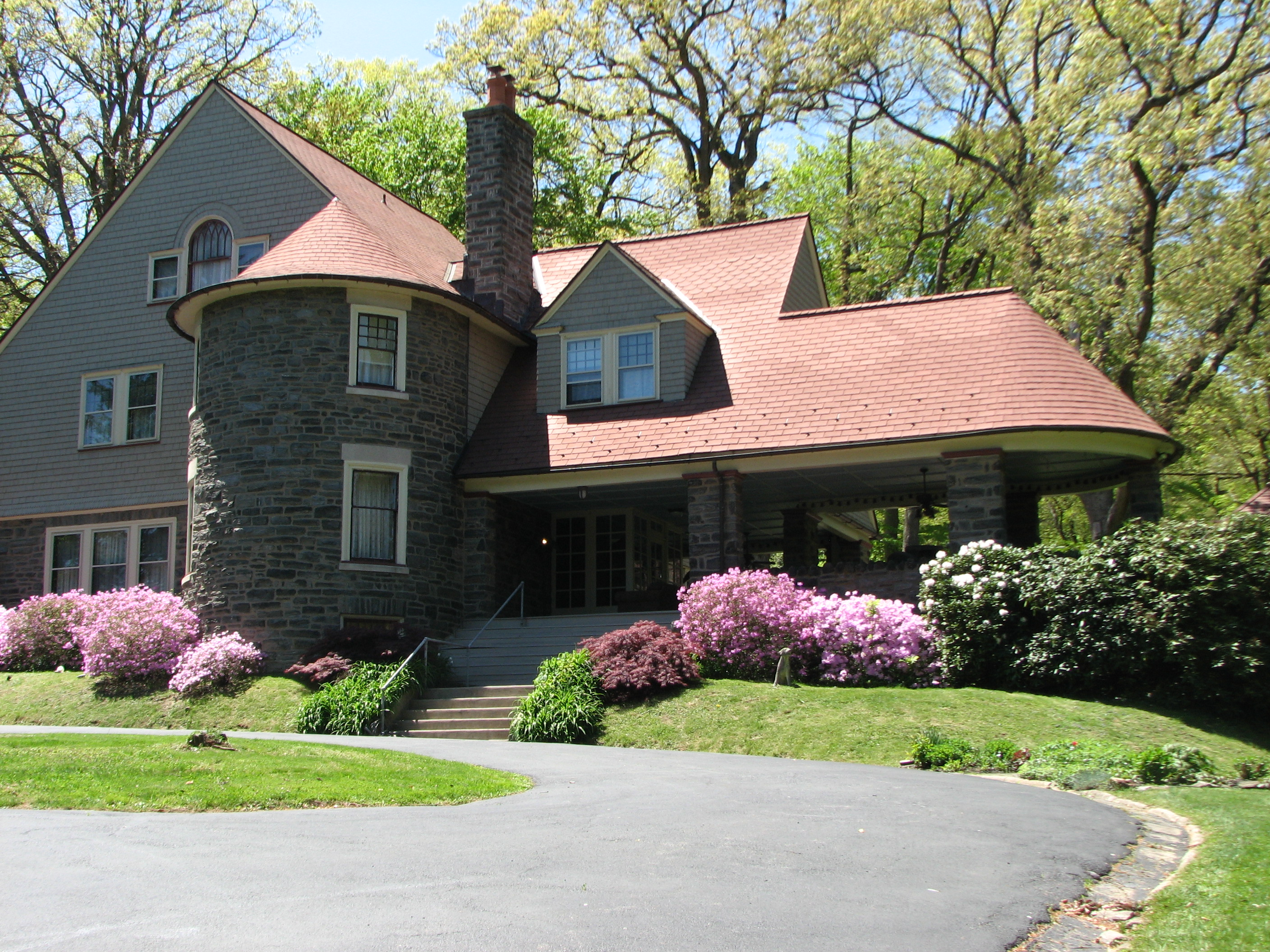 Horace Trumbauer designed the Shingle Style homes in the 1890s.