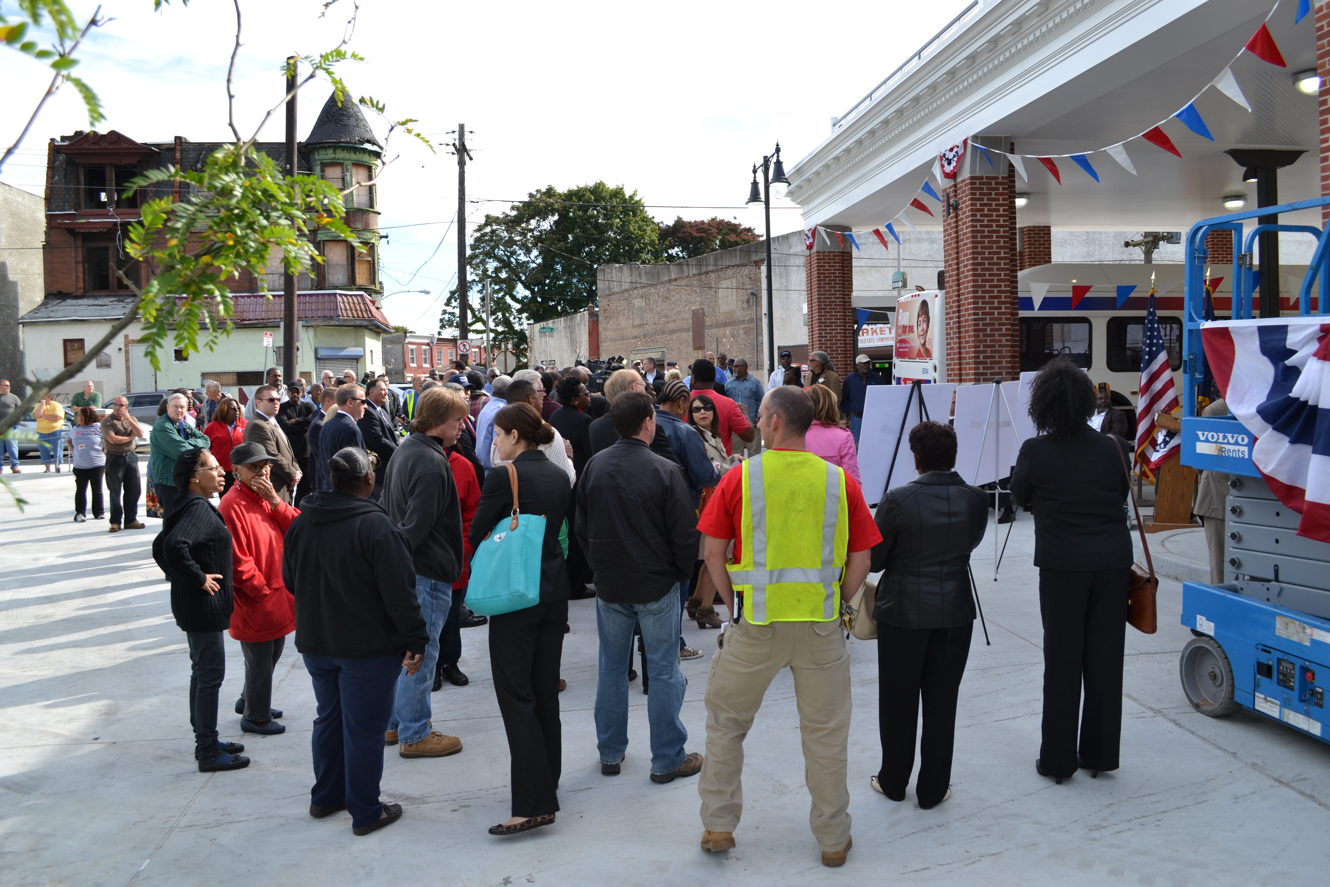 The event drew a large crowd, a mix of community members, SEPTA officials and other project supporters